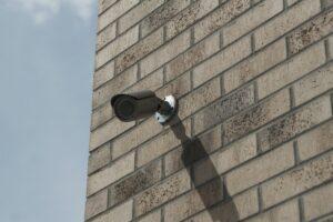 Video nadzorni sistem lahko namestimo tudi pred domačo hišo
