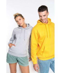 Moški in ženska sta oblečena v puloverja s kapuco, ona nosi sivega, on pa rumenega.
