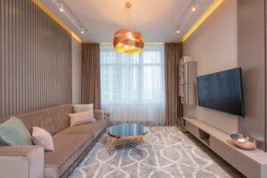 Moderno postavljen dnevni regal v dnevni sobi.