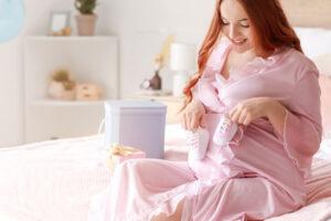 Mamica, ki se razveseli darila ob rojstvu - telegrama.